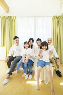 3世代家族の集合写真の写真素材 [FYI04949537]