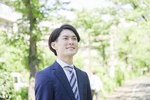 ビジネスマン 笑顔 屋外の写真素材 [FYI04949549]