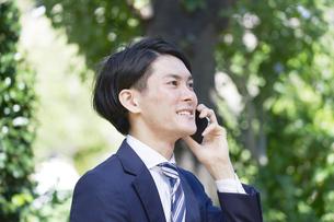 電話するビジネスマン 屋外の写真素材 [FYI04949585]