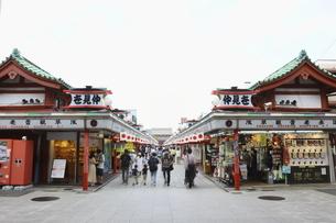 浅草のシンボル雷門・仲見世商店街の街並みの写真素材 [FYI04950130]