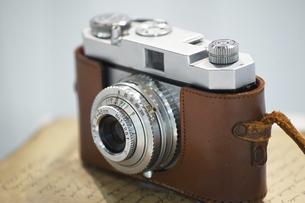 古いフィルムカメラの写真素材 [FYI04950246]