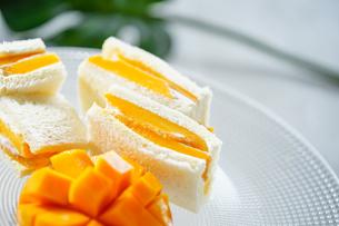沖縄マンゴーのフルーツサンドの写真素材 [FYI04950342]