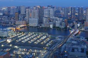 ライトアップされた橋と東京夜景の写真素材 [FYI04950344]