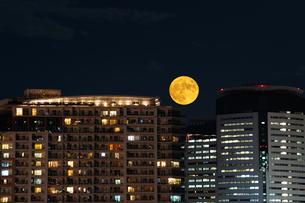都会に昇る中秋の名月の写真素材 [FYI04950349]