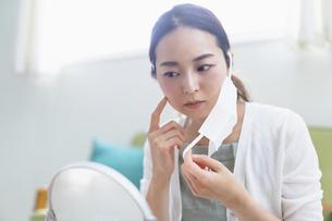 マスクによる肌荒れに悩む女性(ビューティーイメージ)の写真素材 [FYI04950471]