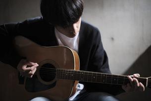 ギターを演奏する人の写真素材 [FYI04950603]