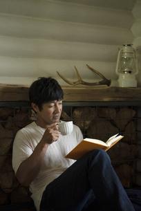 読書する男性の写真素材 [FYI04950707]