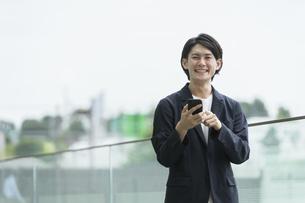 スマートフォンを持つ男性・IoTのイメージの写真素材 [FYI04950784]