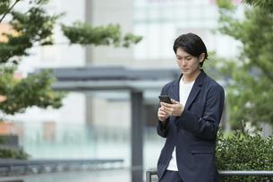 スマートフォンを持つ男性・IoTのイメージの写真素材 [FYI04950796]