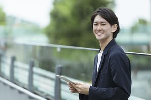 スマートフォンを持つ男性・IoTのイメージの写真素材 [FYI04950801]