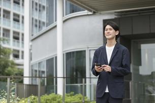 スマートフォンを持つ男性・IoTのイメージの写真素材 [FYI04950819]
