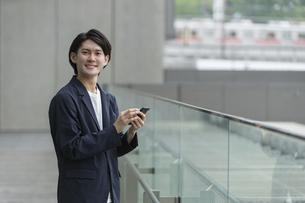 スマートフォンを持つ男性・IoTのイメージの写真素材 [FYI04950839]