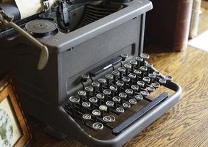 昔のタイプライターの写真素材 [FYI04950870]
