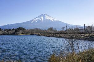 田貫湖の釣り人 晴れ渡った冬の富士山(静岡県富士宮市)の写真素材 [FYI04951053]