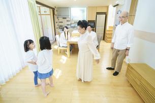 リビングルームで遊ぶ3世代家族の写真素材 [FYI04951104]