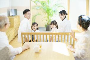 リビングルームで楽しく過ごす3世代家族の写真素材 [FYI04951108]