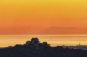松山城と伊予灘(夕景)の写真素材 [FYI04951151]
