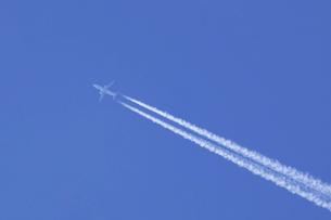 ジェット旅客機と飛行機雲の写真素材 [FYI04951190]