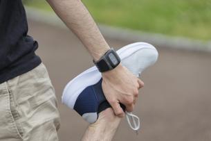 スマートウォッチの活用・運動する若い男性の写真素材 [FYI04951436]