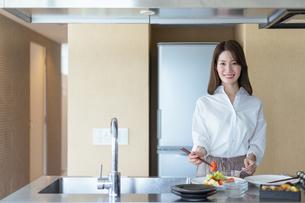 料理をする女性のイメージ(新生活・マイホーム)の写真素材 [FYI04951485]
