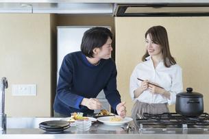 ホームパーティの準備をする夫婦(ちょっと贅沢なおうち時間)の写真素材 [FYI04951491]