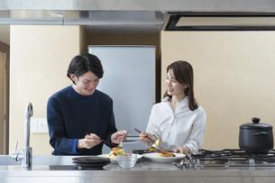 ホームパーティの準備をする夫婦(ちょっと贅沢なおうち時間)の写真素材 [FYI04951502]