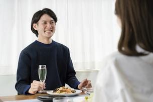 夫婦2人で楽しむホームパーティの写真素材 [FYI04951629]