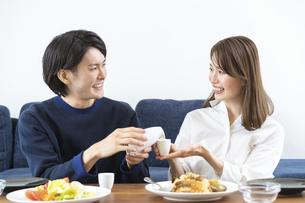 ダイニングでゆっくり食事を楽しむ夫婦の写真素材 [FYI04951634]