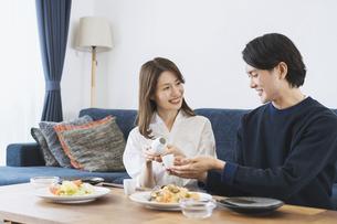 ダイニングでゆっくり食事を楽しむ夫婦の写真素材 [FYI04951639]