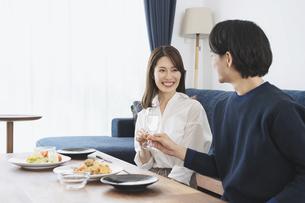 自宅でゆっくり食事を楽しむ夫婦の写真素材 [FYI04951640]