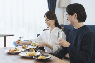 自宅でゆっくり食事を楽しむ夫婦の写真素材 [FYI04951644]