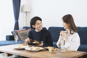 自宅でゆっくり食事を楽しむ夫婦の写真素材 [FYI04951645]