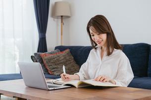 オンライン学習する女性・自宅勤務の写真素材 [FYI04951655]