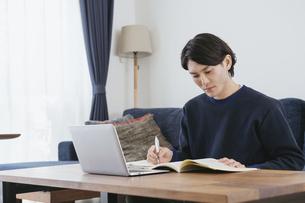 オンライン学習する男性・自宅勤務の写真素材 [FYI04951657]