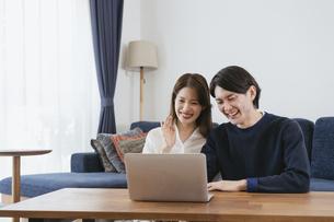 オンライン学習する男性・自宅勤務の写真素材 [FYI04951658]