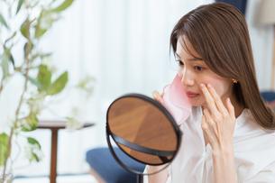 マスクによる肌荒れに悩む女性(ビューティーイメージ)の写真素材 [FYI04951662]