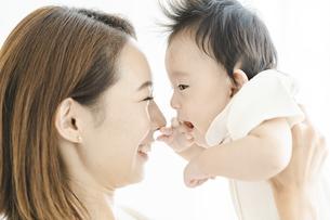 赤ちゃんを抱きかかえるお母さんの写真素材 [FYI04951861]