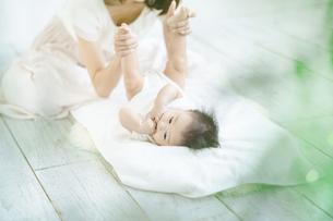 室内で遊ぶお母さんと赤ちゃんの写真素材 [FYI04951898]