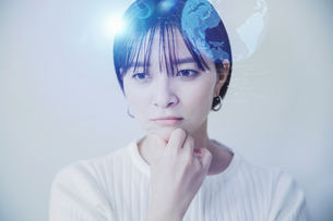 爽やかな明るい背景と日本人女性の顔とテクノロジーイメージのホログラムのCGグラフィックスの写真素材 [FYI04951935]