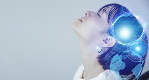 爽やかな明るい背景と日本人女性の顔とテクノロジーイメージのホログラムのCGグラフィックスの写真素材 [FYI04951936]