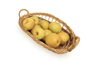 籠に盛った白背景のの和梨の写真素材 [FYI04952023]