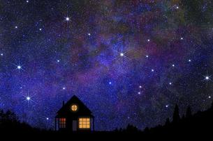 星空と灯のついた家のイラスト素材 [FYI04952225]
