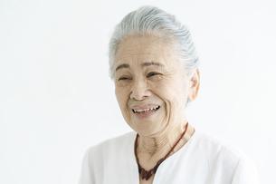 白髪の女性のポートレートの写真素材 [FYI04952317]