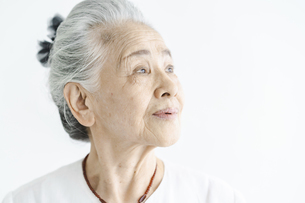 白髪の女性のポートレートの写真素材 [FYI04952319]