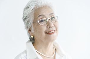 白髪の女性のポートレートの写真素材 [FYI04952326]