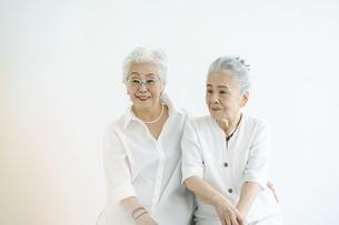 笑顔で話すシニア女性たちの写真素材 [FYI04952363]