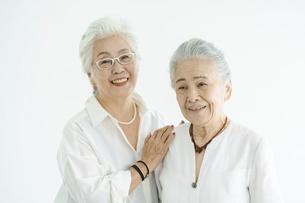 笑顔で話すシニア女性たちの写真素材 [FYI04952365]