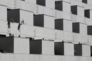 川崎にある1970年代に建てられたモダンなデザイン河原町団地の外観の写真素材 [FYI04952822]