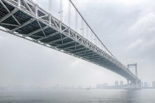 霧のレインボーブリッジの写真素材 [FYI04952959]