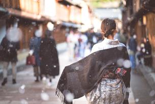 冬のひがし茶屋街を観光する女性の写真素材 [FYI04953087]